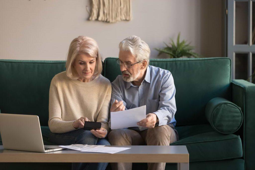 Äldre par som går igenom sin ekonomi