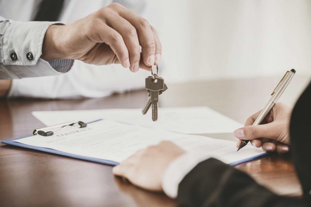 Skriver på avtal och får nycklar